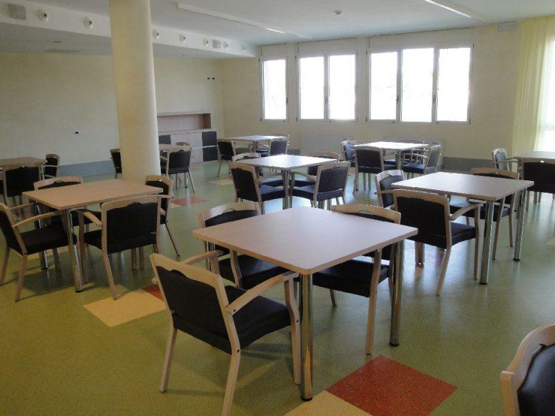 sala con tavoli per attivita' di socializzazione